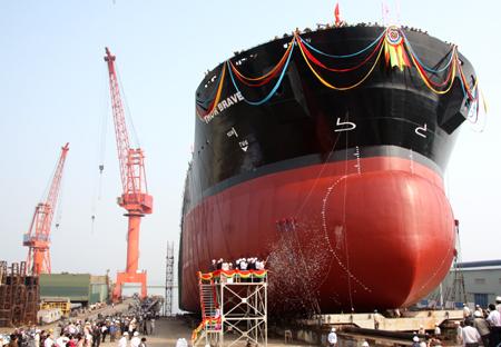 Công ty Kim Việt cấp dầu nhờn Caltex cho tàu chở hàng 53.000 tấn HL 14 của Công ty  đóng tàu Hạ Long.